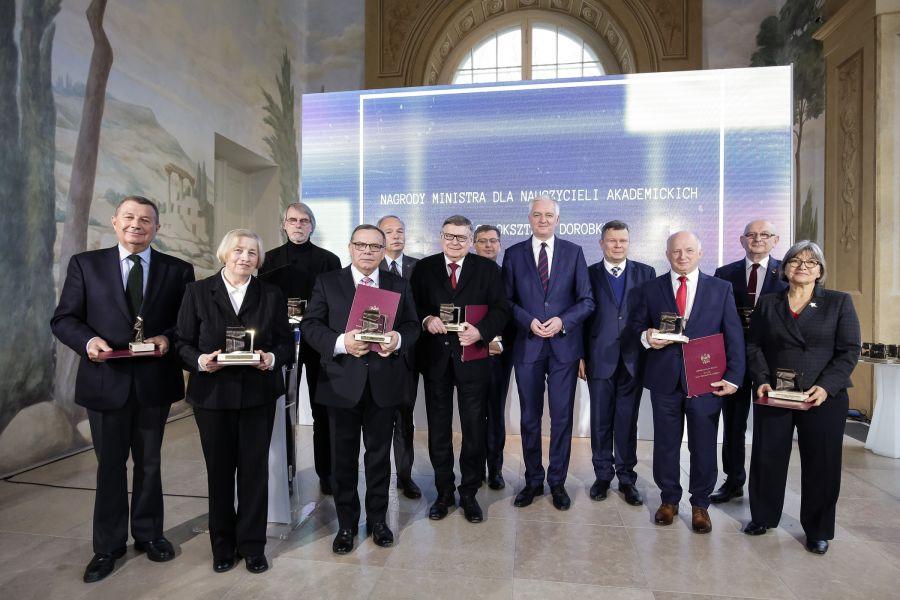 Laureaci nagrody wraz z ministrem