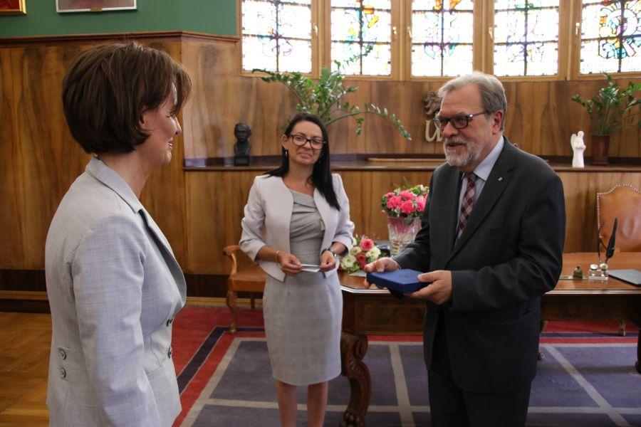 Wręczenie medalu Alumno Bene Merenti pani Małgorzacie Dembskiej