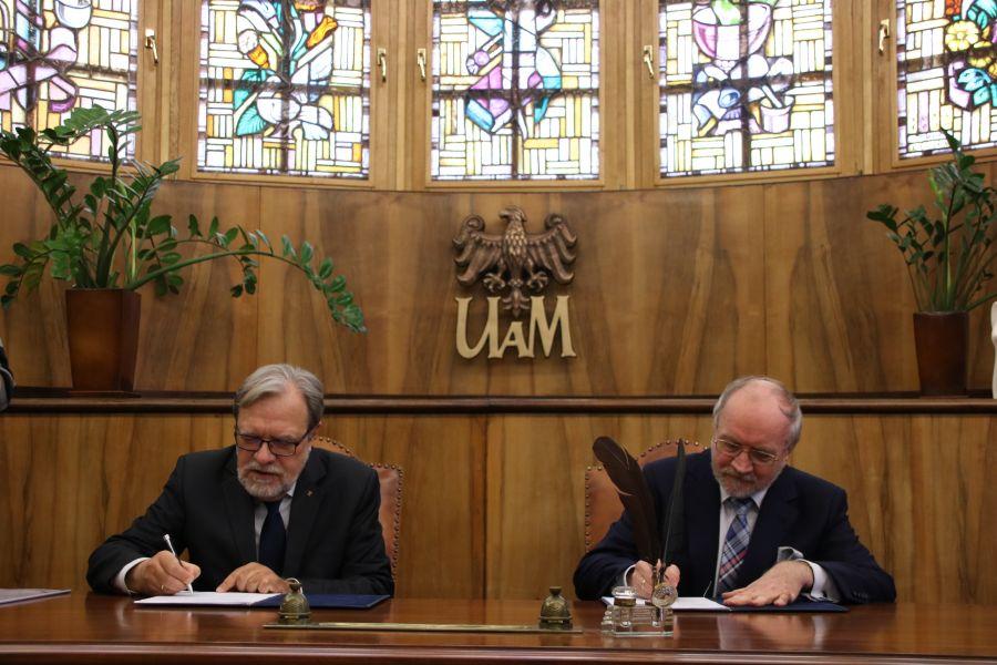 JM Rektor UAM, prof. Andrzej Lesicki oraz Prezes Zarządu Fundacji UAM prof. Jacek Guliński podpisują porozumienie