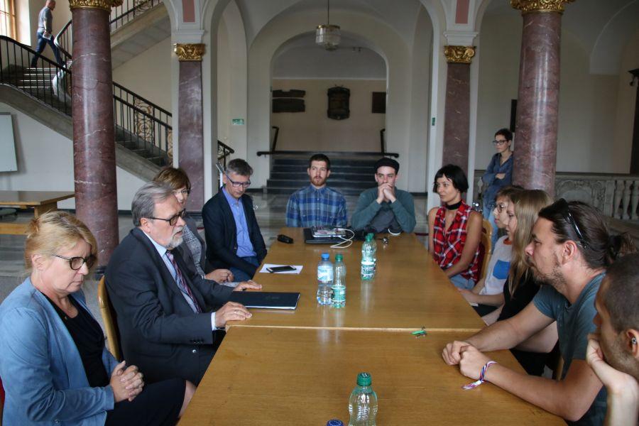 Rektor UAM prof. Andrzej Lesicki spotkał się z osobami prowadzącymi strajk okupacyjny