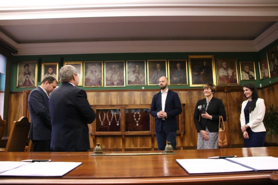 Podpisanie umowy o współpracy pomiędzy UAM a firmą Beyond.pl odbyło się w Gabinecie Rektora