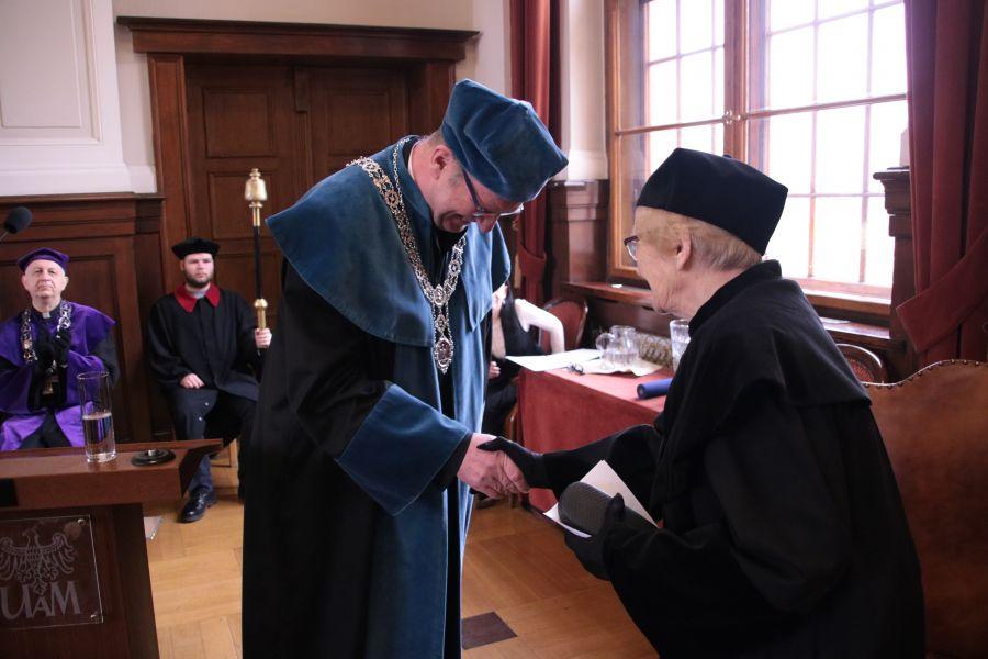 Prof. Maria Kujawska odbiera gratulacje