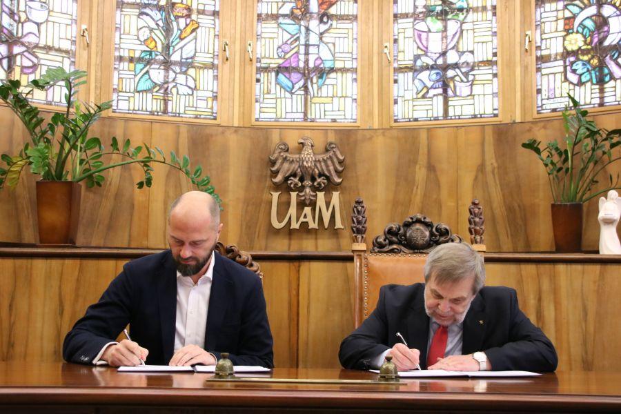 Umowę podpisali prorektor UAM, prof. Marek Nawrocki oraz prezes Michał Grzybkowski