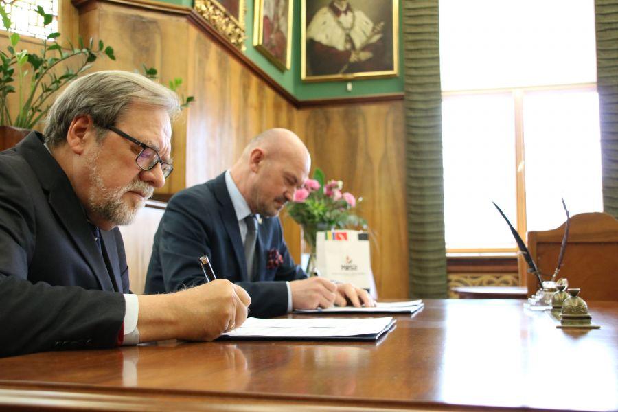 Porozumienie podpisali Rektor UAM prof. dr hab. Andrzej Lesicki i rektor PWSZ w Pile prof. Donat Mierzejewski