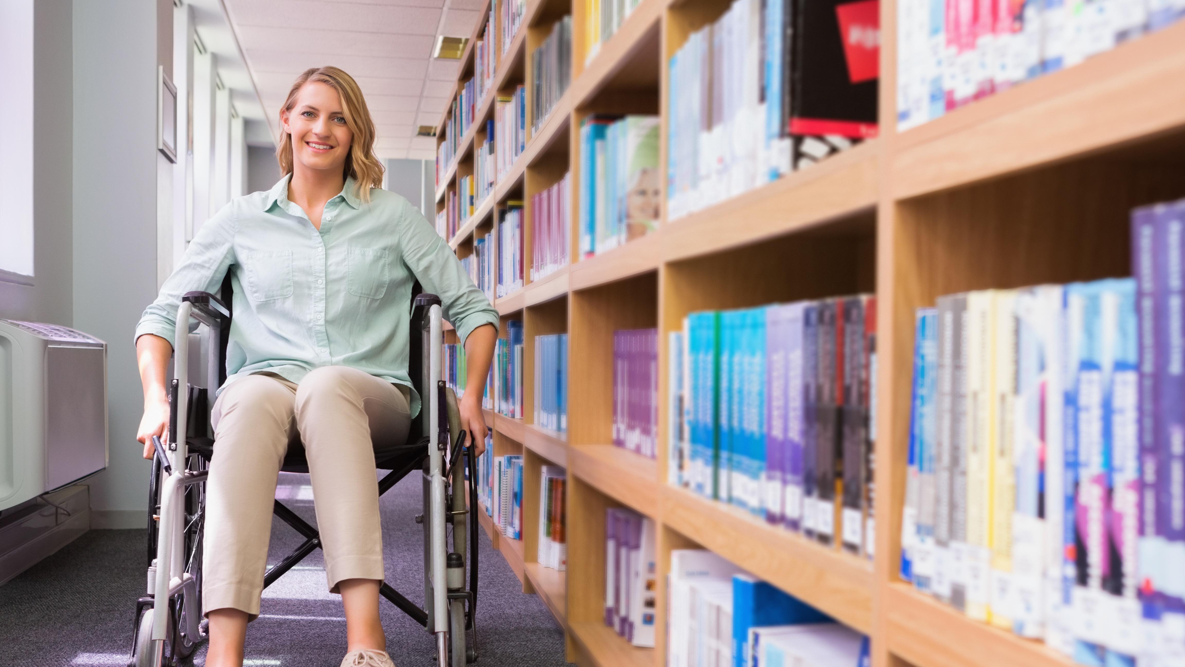 Studentka UAM w bibliotece