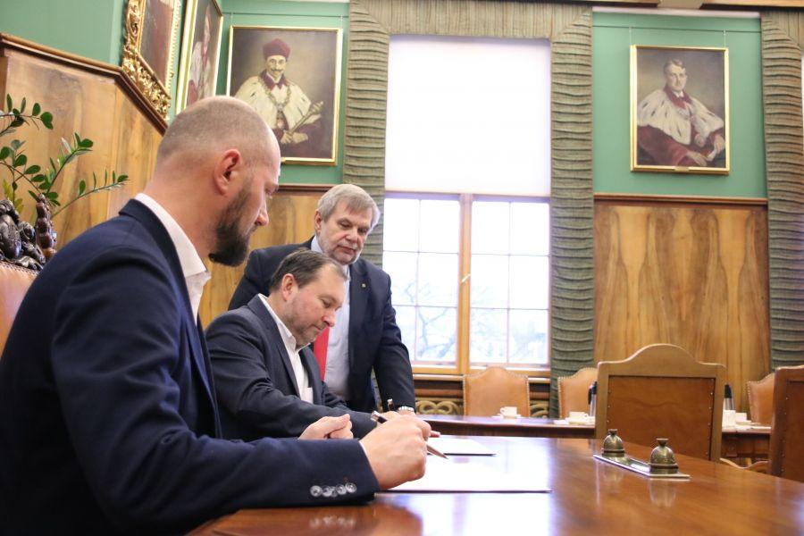 Podpisanie umowy o współpracy pomiędzy Uniwersytetem a Beyond.pl