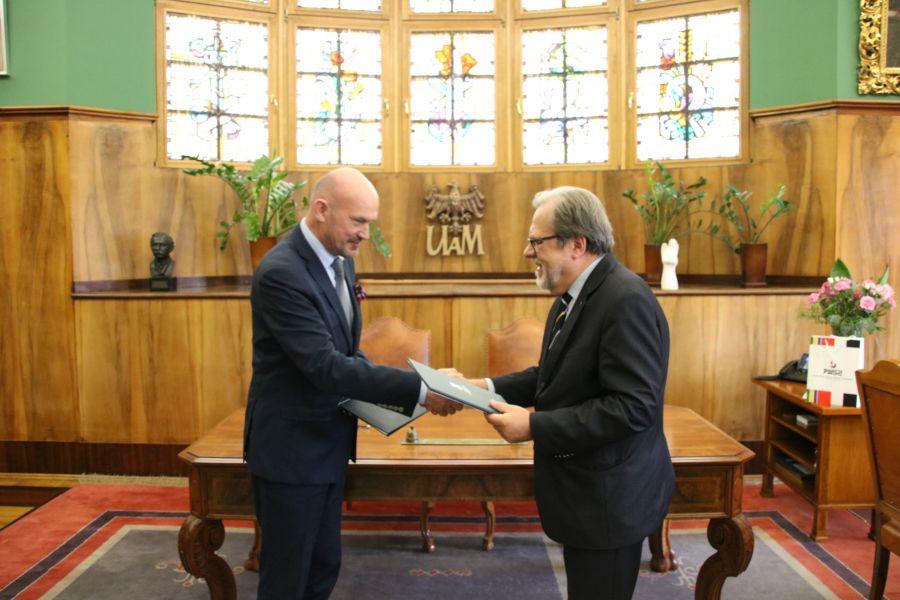 Rektor PWSZ w Pile prof. Donat Mierzejewski i Rektor UAM prof. dr hab. Andrzej Lesicki po podpisaniu porozumienia o współpracy