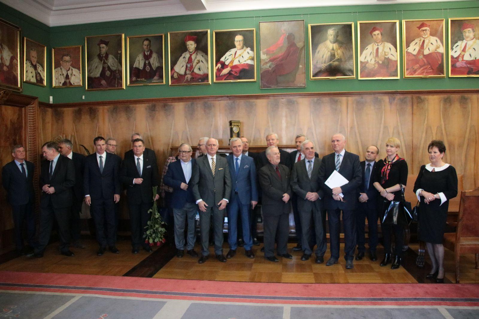 Uczestnicy uroczystości wręczenia medalu Alumno Bene Merenti