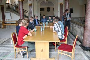 Rektor UAM przy stole z protestującymi