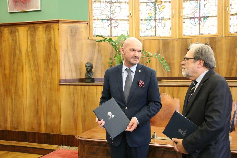 Rektor PWSZ w Pile prof. Donat Mierzejewski i Rektor UAM prof. dr hab. Andrzej Lesicki po podpisaniu porozumienia