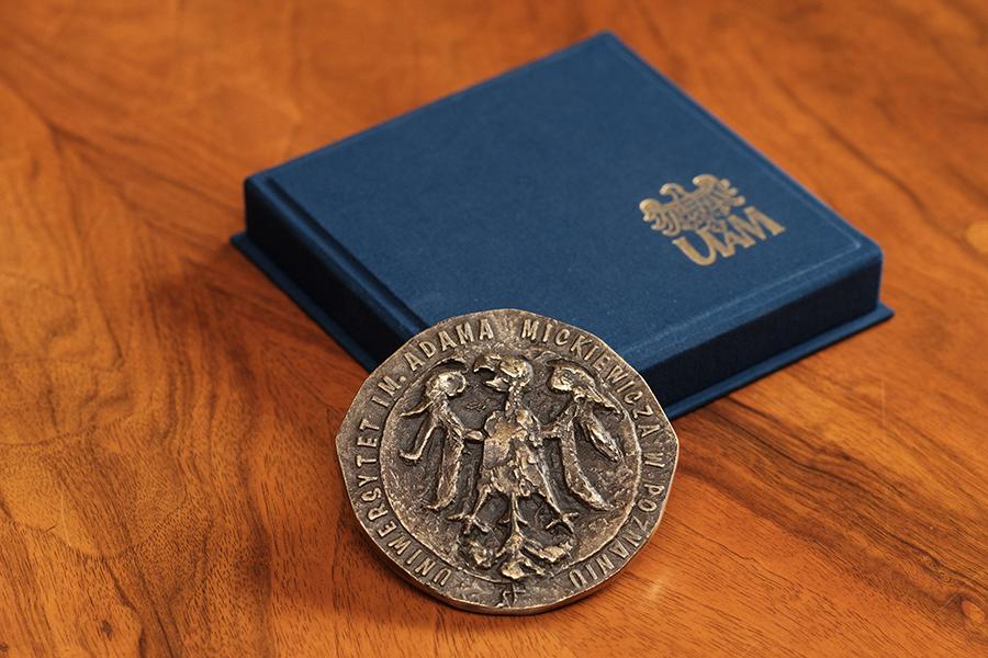 Medal za zasługi dla UAM awers