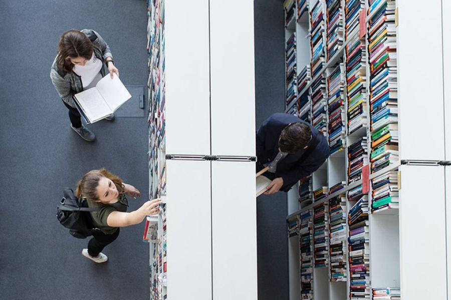 Studenci UAM w bibliotece