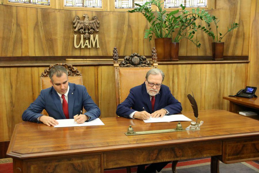 Rektor UAM prof. Andrzej Lesicki oraz prezes Klubu Uczelnianego AZS UAM Andrzej Witkowski podpisują porozumienie dotyczące współpracy