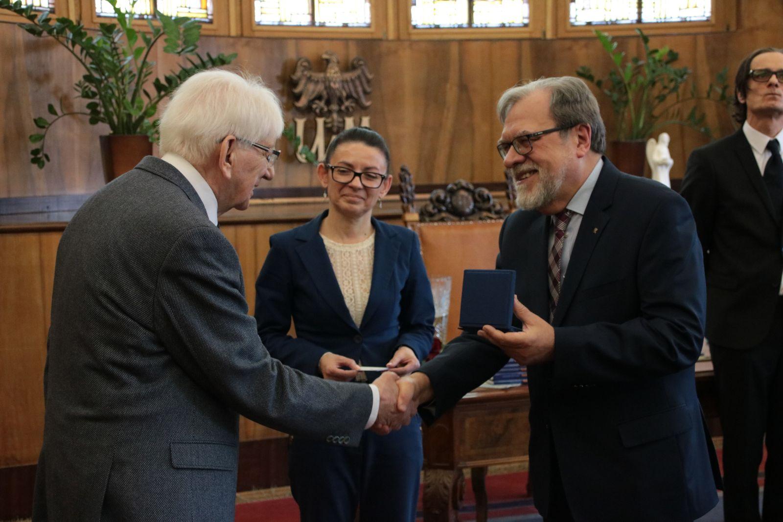 Zdjęcie - Rektor UAM wręcza medal Homini Vere Academico