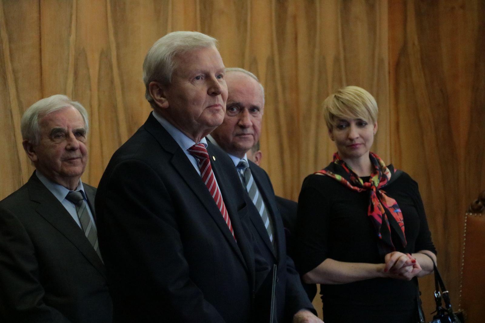 Uczestnicy uroczystości zgromadzeni w Gabinecie Rektora UAM