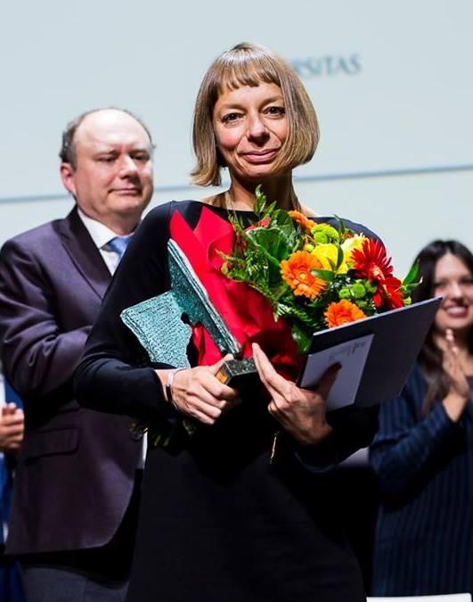 Dr Monika Bobako odbiera nagrodę