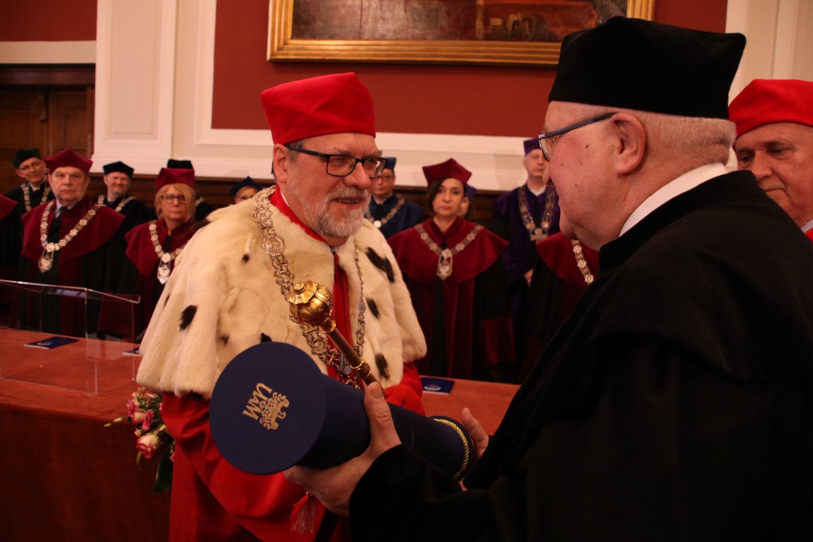 Zdjęcie - nadanie tytuł doktora honoris causa Uniwersytetu im. Adama Mickiewicza w Poznaniu prof. Januszowi Jurczakowi