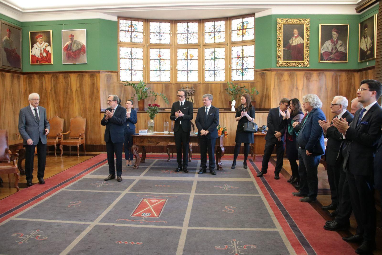 Zdjęcie - zgromadzeni goście podczas uroczystości wręczenia medalu