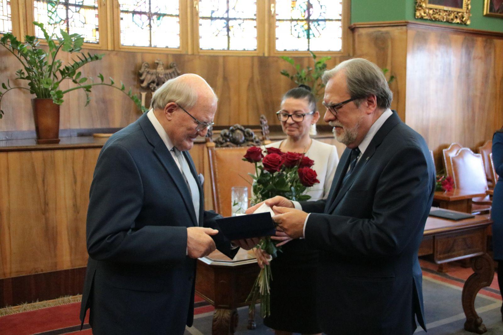 Prof. Andrzej Legocki odbiera medal z rąk JM Rektora UAM prof. Andrzeja Lesickiego