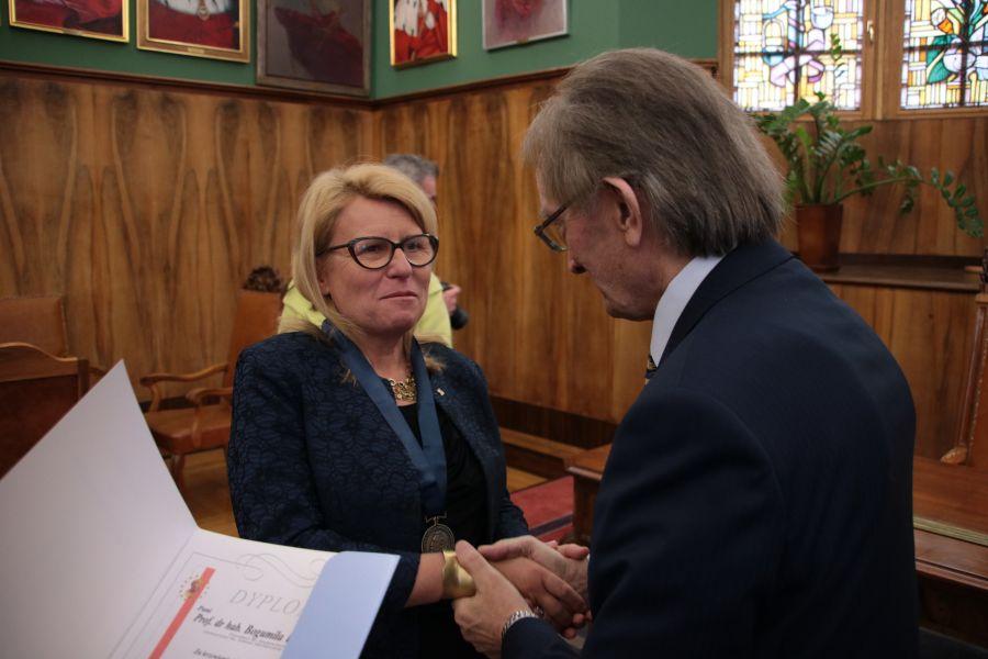 Dr Marian Król składa gratulacje prof. Bogumile Kaniewskiej