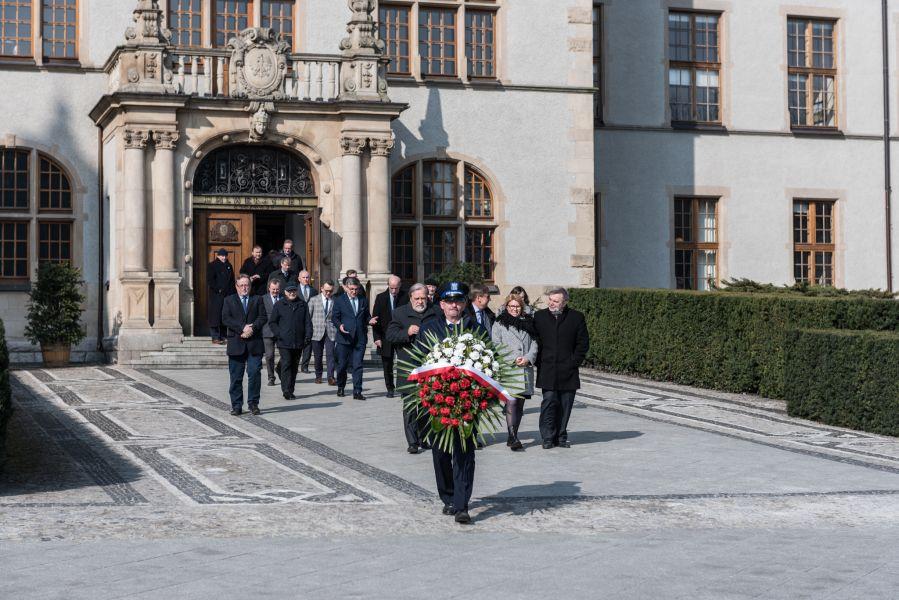 Członkowie Senatu wraz z władzami rektorskimi wychodzą z Collegium Minus