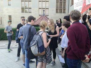 Protestujący studenci opuszczają Rektorat