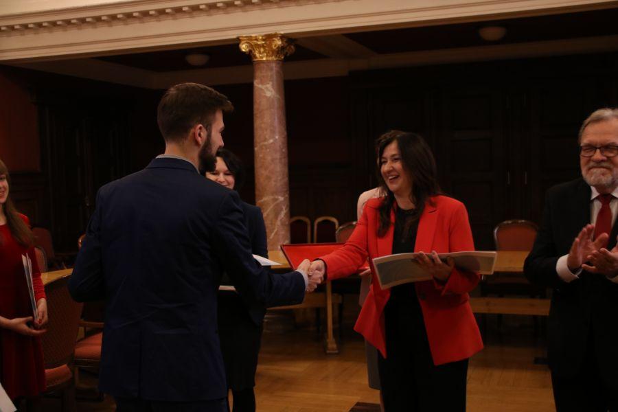 Prof. dr hab. Beata Mikołajczyk oraz JM Rektor UAM prof. dr hab. Andrzej Lesicki gratulują laureatom konkursu BESTStudentGRANT