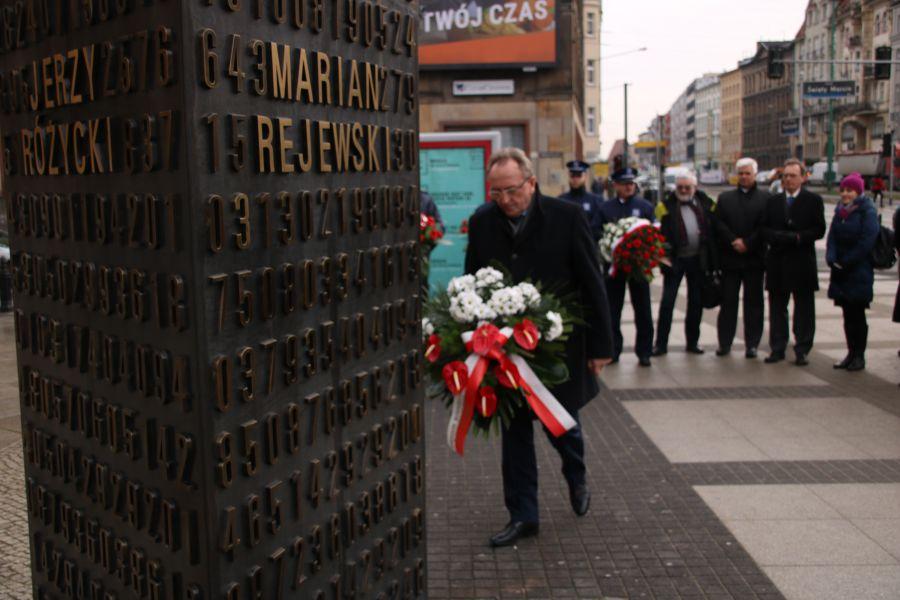 Uroczyste złożenie kwiatów pod pomnikiem poznańskich kryptologów na ul. Św. Marcin