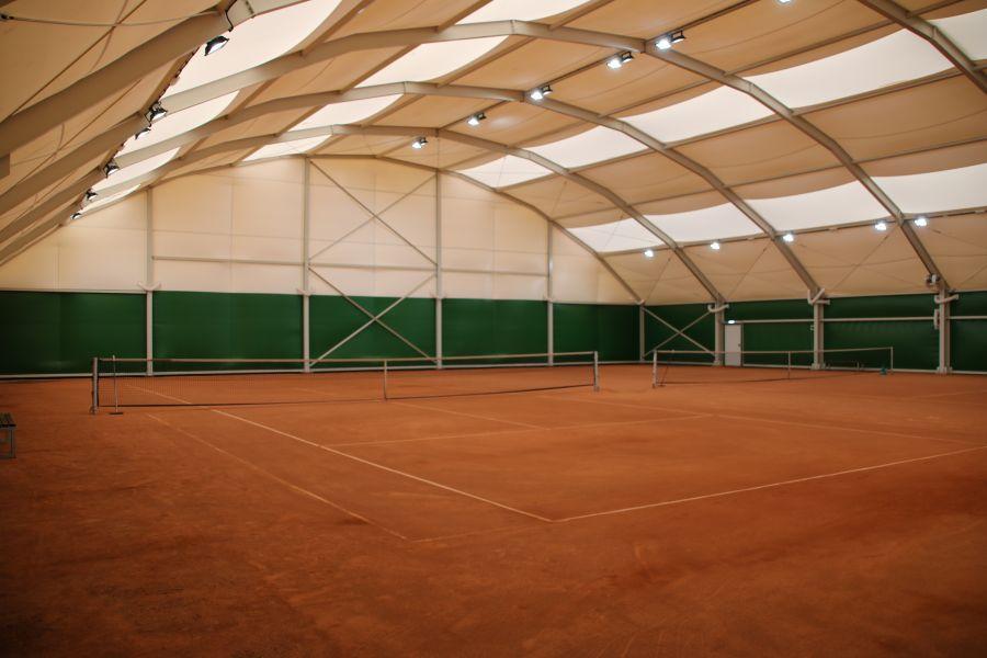 Wnętrze kortu tenisowego na Morasku