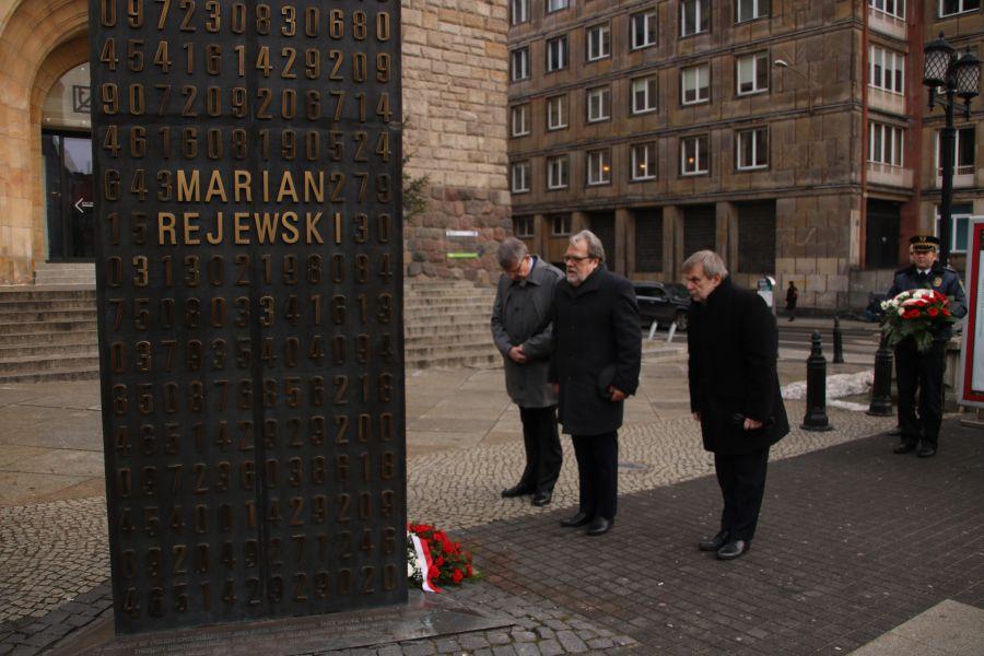 Rektorzy UAM składają kwiaty pod pomnikiem poznańskich kryptologów