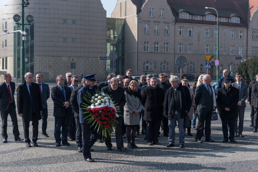 Członkowie Senatu wraz z władzami rektorskimi na Placu Adama Mickiewicza