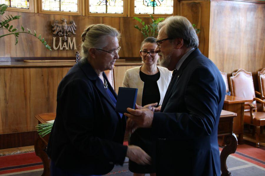 Profesor Hanna Kóčka-Krenz odbiera medal z rąk Rektora UAM, profesora Andrzeja Lesickiego