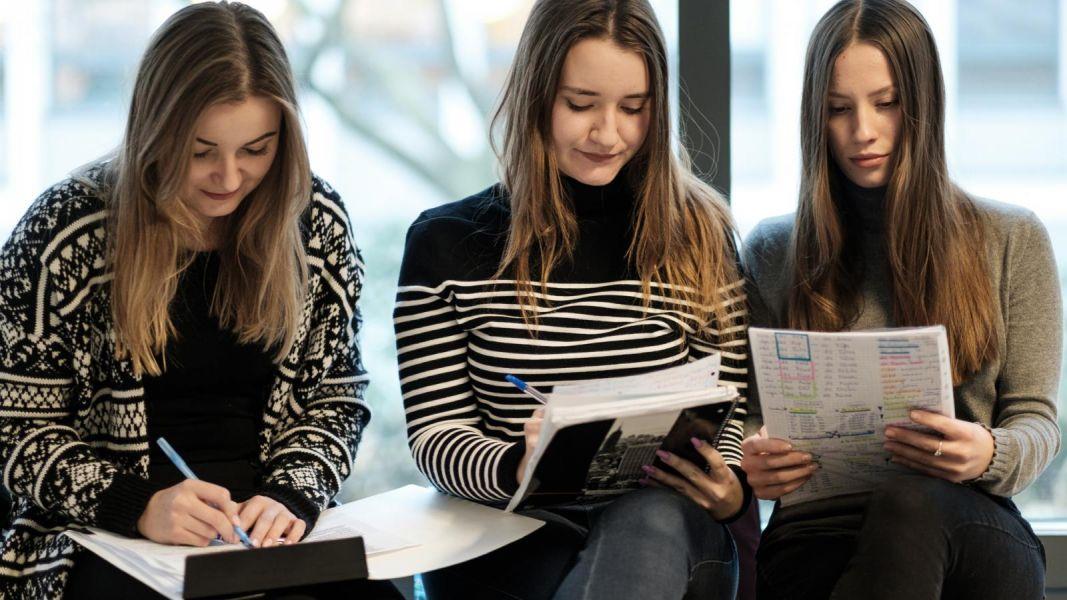studentki Wydziału Neofilologii podczas sesji egzaminacyjnej 2019