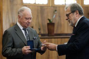 Prof. Andrzej J. Szwarc z medalem Homini Vere Academico