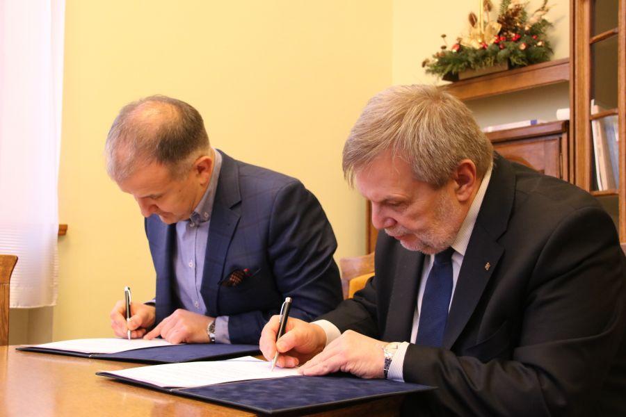 Umowę o współpracy pomiędzy Uniwersytetem a firmą Komputronik Biznes Sp. z o.o. podpisali prof. Marek Nawrocki oraz pan Sebastian Pawłowski