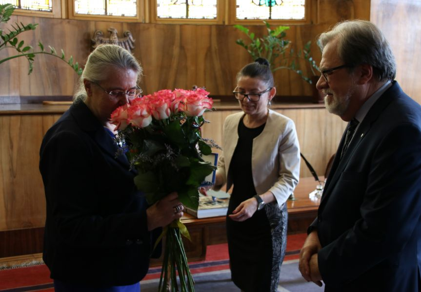 Profesor Hanna Kóčka-Krenz odbiera gratulacje z rąk Rektora UAM, profesora Andrzeja Lesickiego