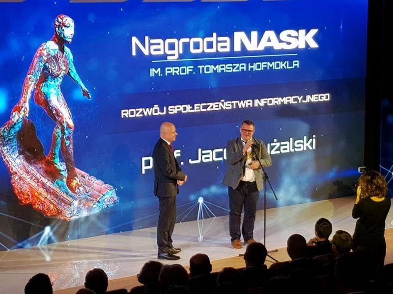 Prof. Pyżalski z UAM odbiera nagrodę podczas gali 25-lecia NASK