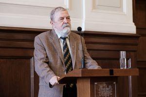 Prof. Jerzy Brzeziński z medalem Homini Vere Academico