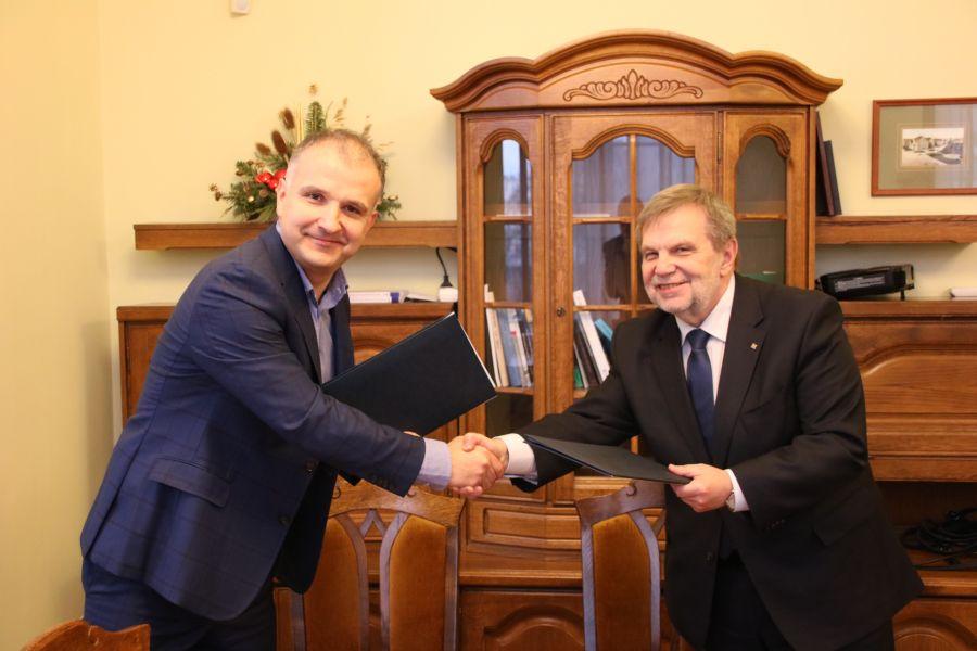 Pan Sebastian Pawłowski oraz prof. Marek Nawrocki po podpisaniu umowy