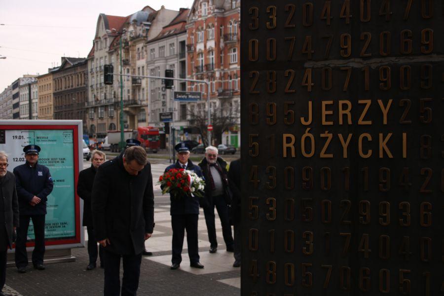 Złożenie kwiatów pod pomnikiem poznańskich kryptologów