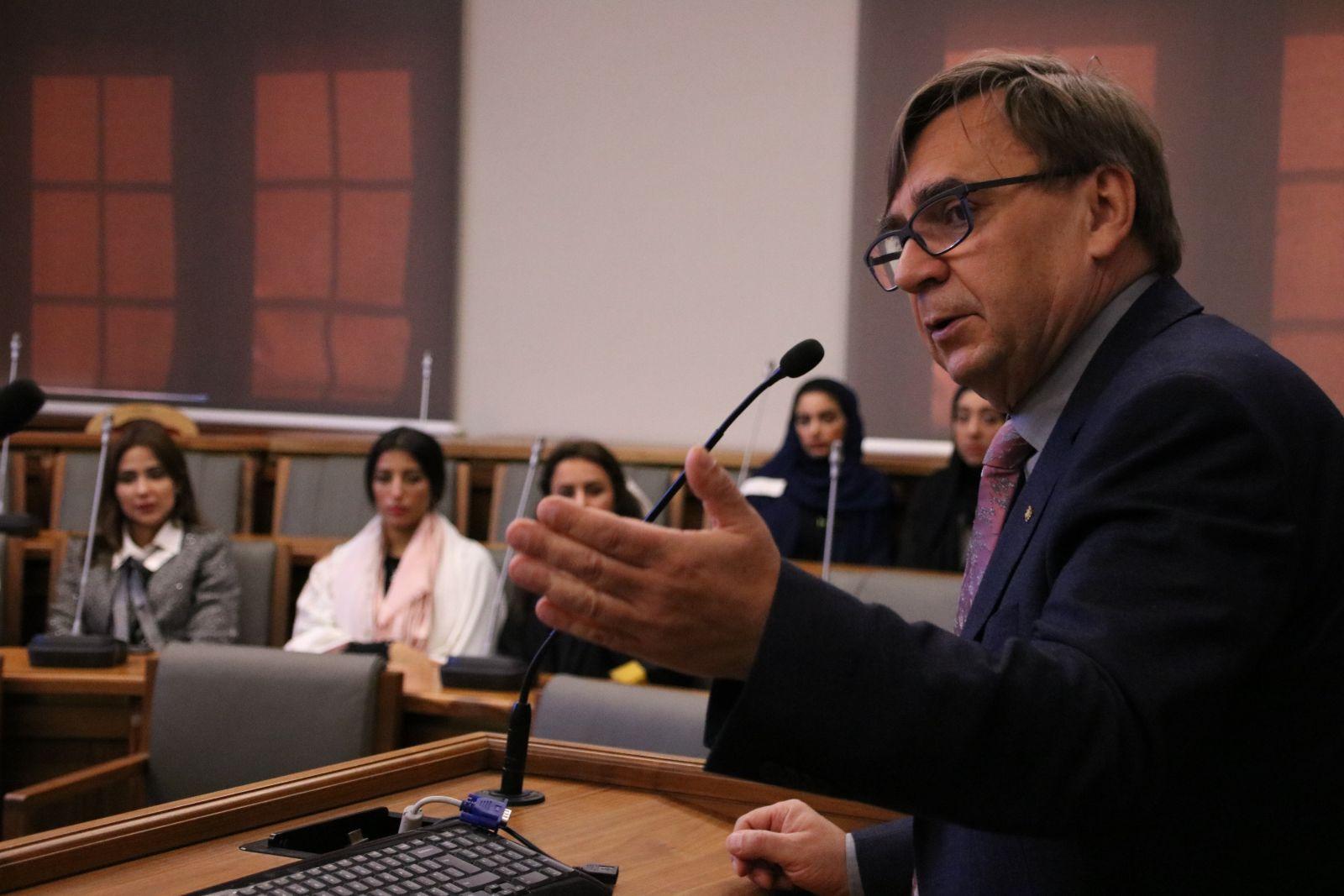 Prof. dr hab. Ryszard Naskręcki, prorektor ds. nauki i współpracy międzynarodowej, podczas spotkania z delegacją