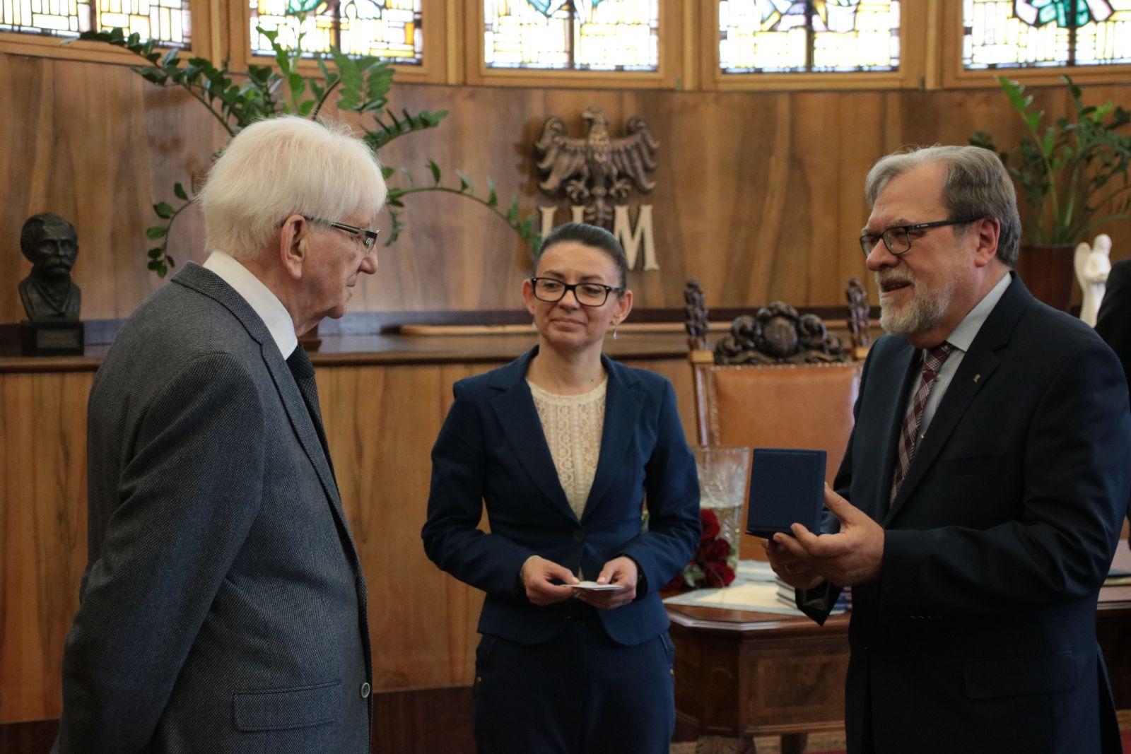 Zdjęcie - Rektor UAM rozmawia z prof. Olszewskim