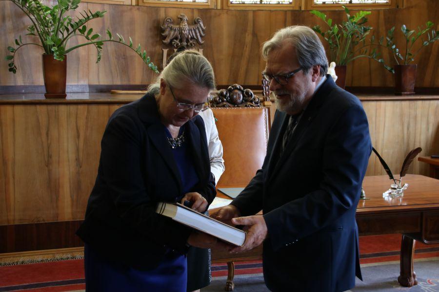 Profesor Hanna Kóčka-Krenz i Rektor UAM, profesor Andrzej Lesicki