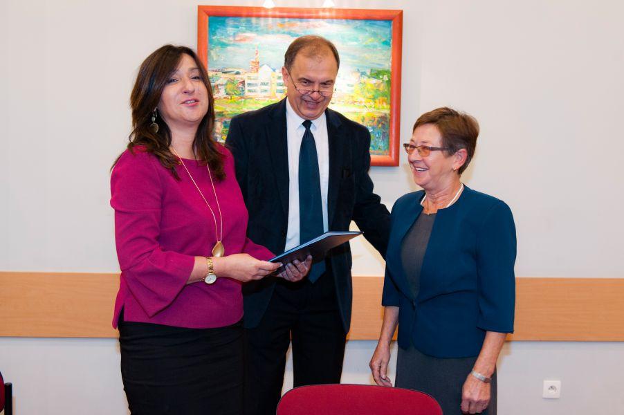 Prof. UAM dr hab. Beata Mikołajczyk, dyrektor szkoły, pani Maria Jaworska oraz dyrektor administracyjny CP, dr Krzysztof Wojciechowski