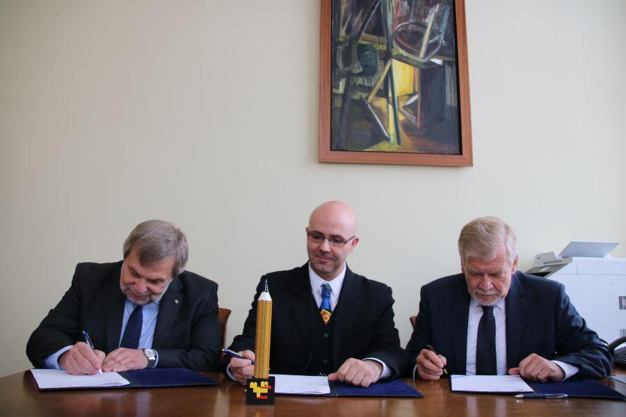Zdjęcie - przedstawiciele stron podpisują umowę o współpracy