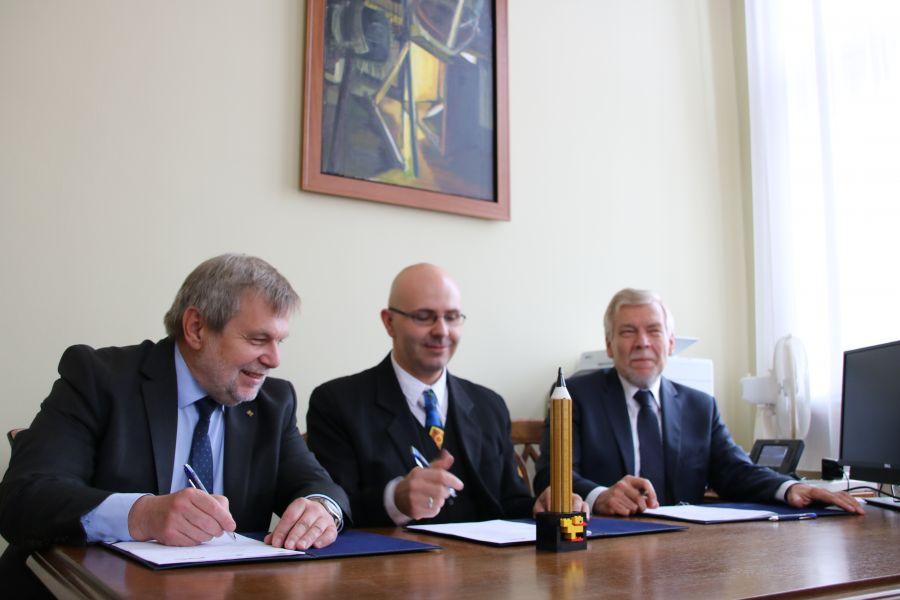 Zdjęcie  - podpisywanie umowy