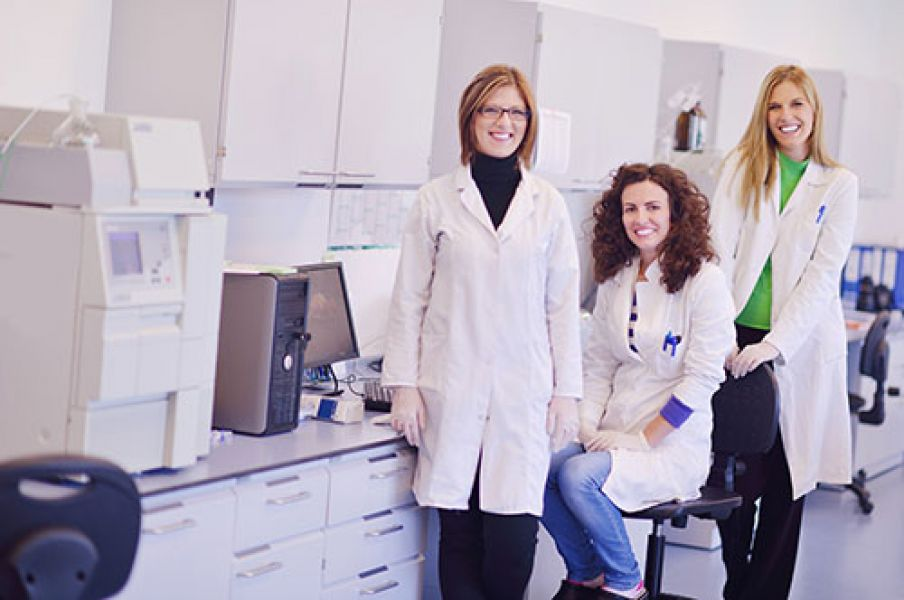 naukowcy w laboratorium