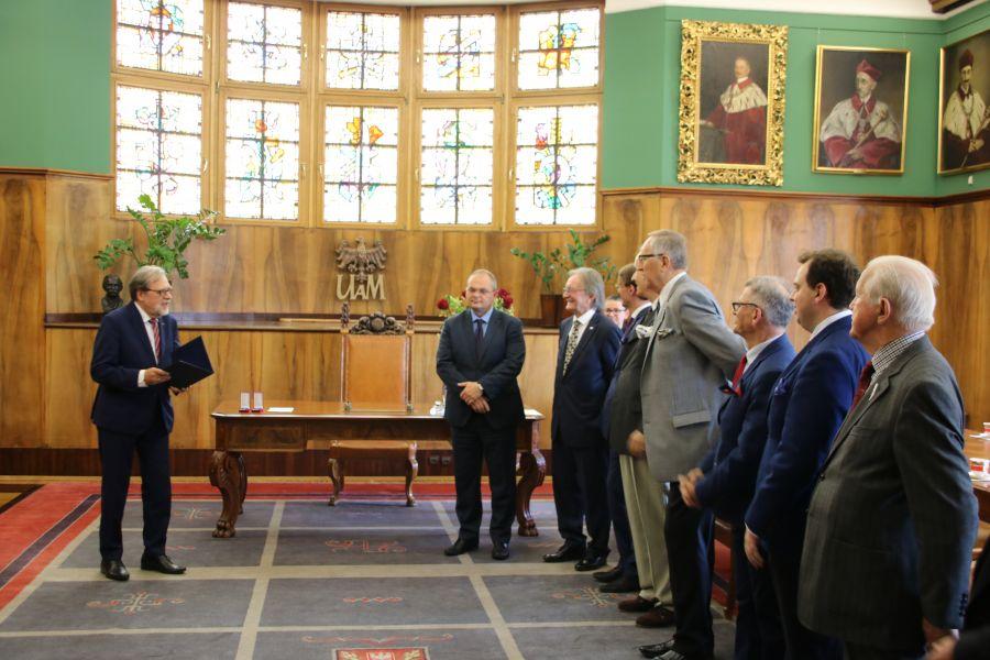 Zdjęcie - rektor UAM i wyróżnione osoby