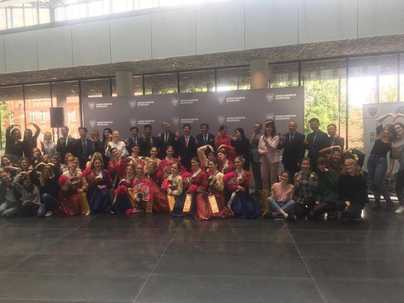 Przedstawiciele UAM wraz z marszałkiem województwa i przedstawicielami z Korei