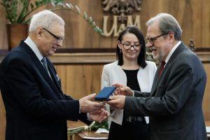 Prof. Nawrocik odebrał medal Homini Vere Academico